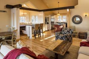 Living Room kitchen cottage photos large group family vacation rentals